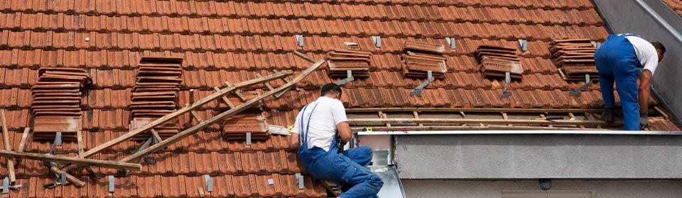 dakwerker voert dakreparatie uit
